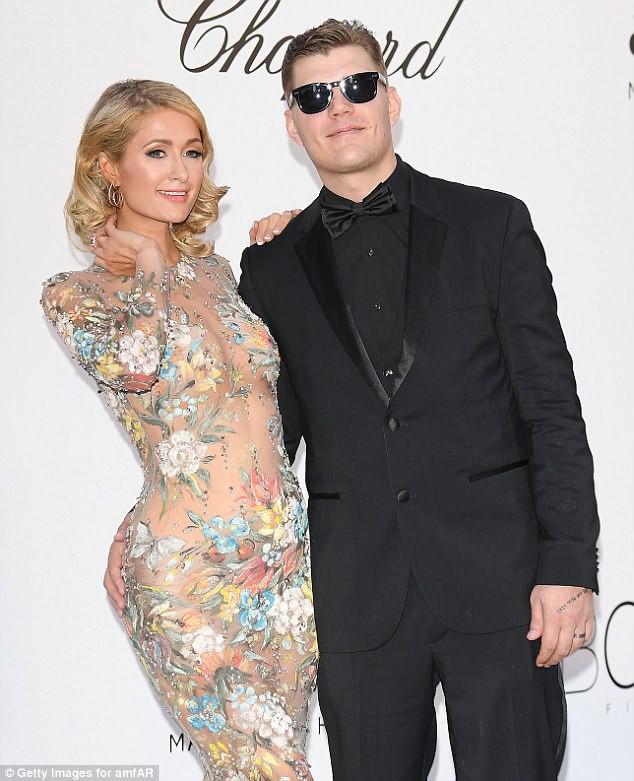 Vị hôn phu tuyệt vời của Paris Hilton: Cúi mình chỉnh váy cho vợ tạo dáng trước nhiều con mắt - Ảnh 4.