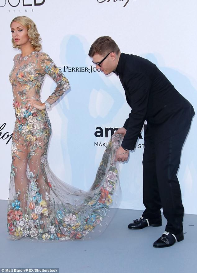 Vị hôn phu tuyệt vời của Paris Hilton: Cúi mình chỉnh váy cho vợ tạo dáng trước nhiều con mắt - Ảnh 2.