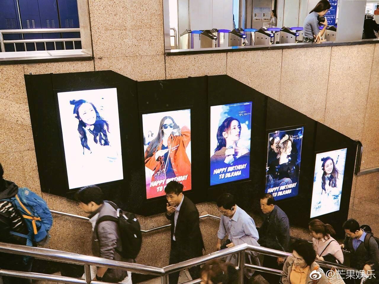 Hình ảnh Địch Lệ Nhiệt Ba tràn lan khắp ga tàu điện của Hàn Quốc: Chuyện gì đang xảy ra? - Ảnh 3.