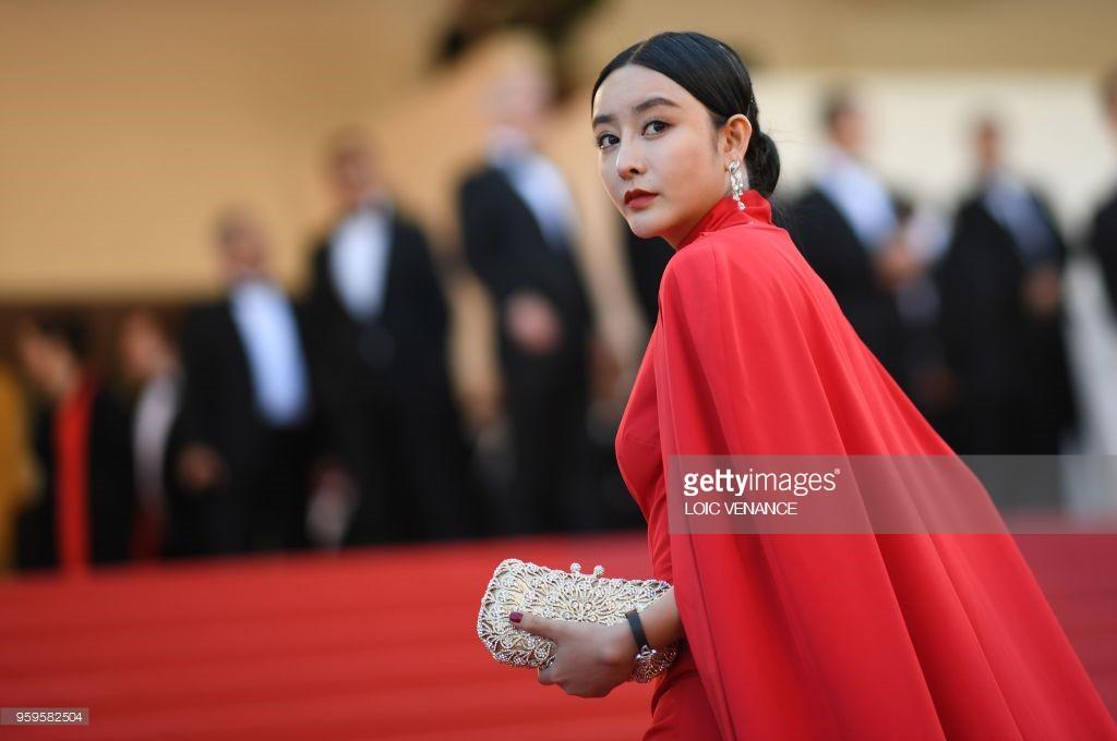 Thảm đỏ LHP Cannes bỗng xuất hiện Phạm Băng Băng hàng nhái hở ngực, lộ vùng dưới cánh tay bị thâm - Ảnh 4.