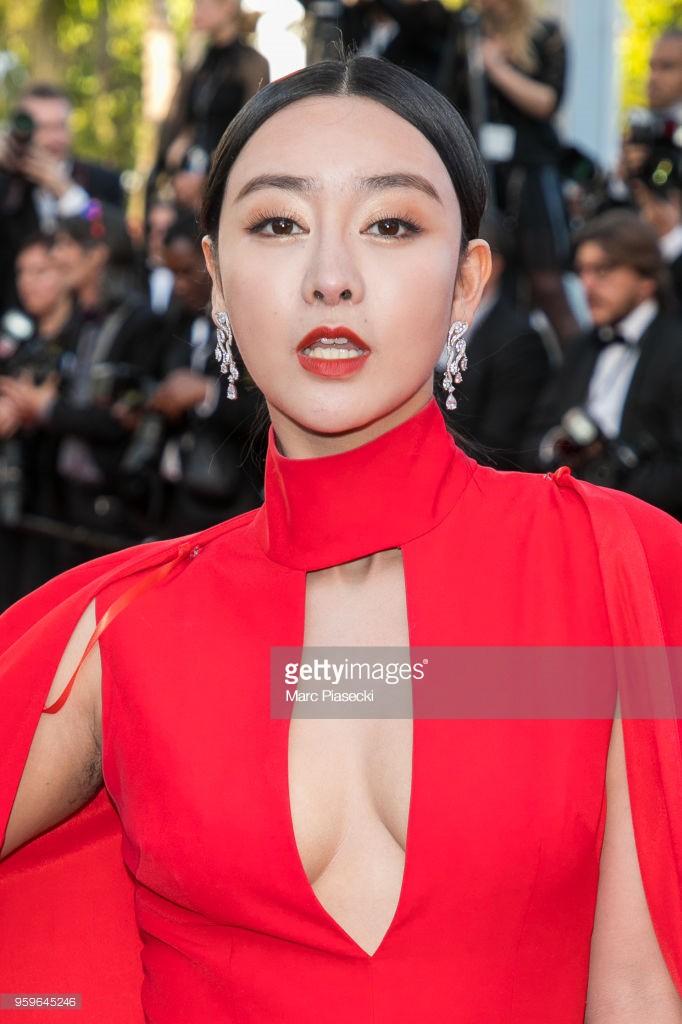 Thảm đỏ LHP Cannes bỗng xuất hiện Phạm Băng Băng hàng nhái hở ngực, lộ vùng dưới cánh tay bị thâm - Ảnh 2.