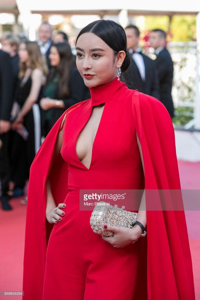 Thảm đỏ LHP Cannes bỗng xuất hiện Phạm Băng Băng hàng nhái hở ngực, lộ vùng dưới cánh tay bị thâm - Ảnh 3.