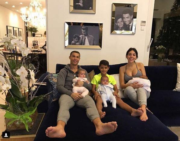 Bạn gái Ronaldo lại khoe vòng một nảy nở - Ảnh 2.