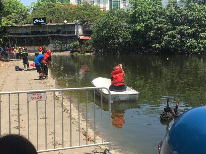 Lực lượng chức năng tiến hành vớt thi thể người ông cứu cháu trượt chân ngã xuống hồ Thiền Quang