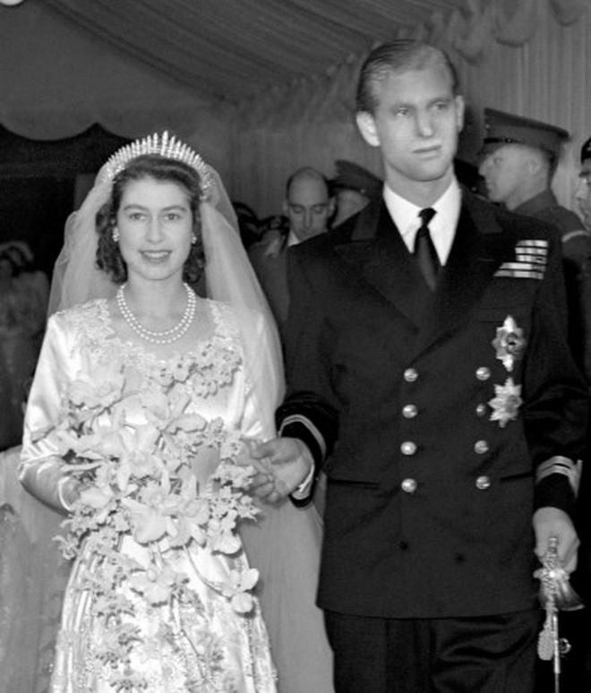 Chiêm ngưỡng lại những chiếc vương miện tinh xảo nhất trong lịch sử đám cưới Hoàng gia trước hôn lễ của Hoàng tử Harry - Ảnh 1.