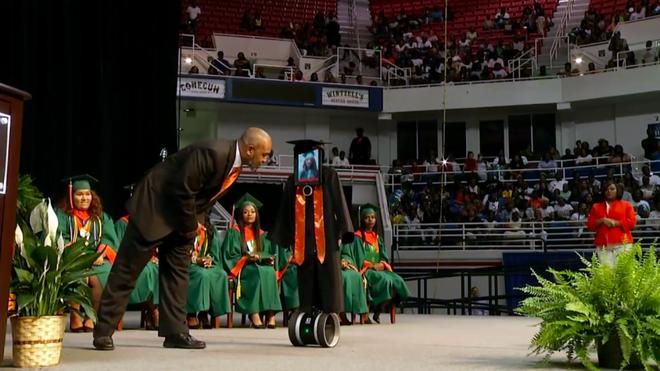 Nữ sinh đang phải nằm viện khiến cả trường bất ngờ khi dự lễ tốt nghiệp bằng robot - Ảnh 1.
