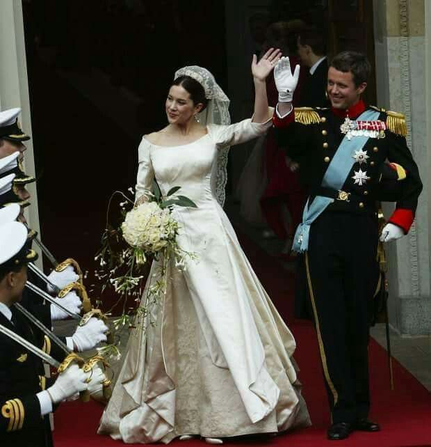 Chiêm ngưỡng lại những chiếc vương miện tinh xảo nhất trong lịch sử đám cưới Hoàng gia trước hôn lễ của Hoàng tử Harry - Ảnh 11.