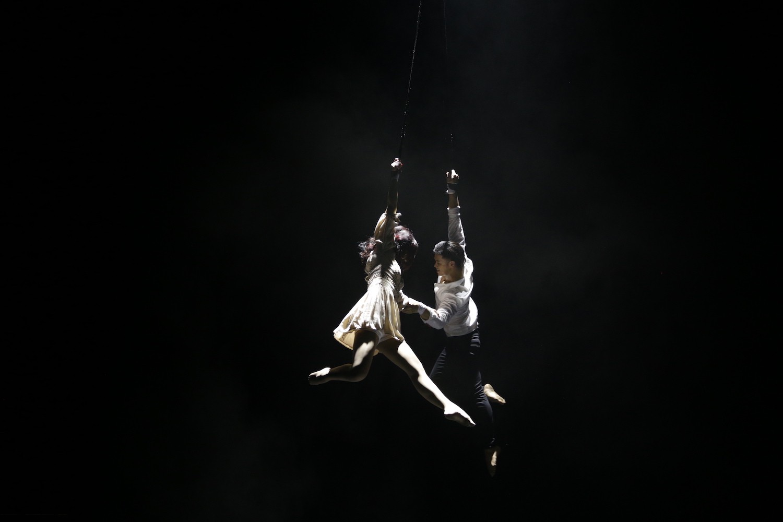 Trọng Hiếu đu dây mạo hiểm, nhấc bổng bạn diễn trên không trung trong teaser MV mới - Ảnh 3.