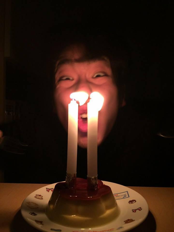 21 tuổi mới được tổ chức sinh nhật lần đầu, biểu cảm của chàng trai khiến cư dân mạng vừa buồn cười vừa thương - Ảnh 2.