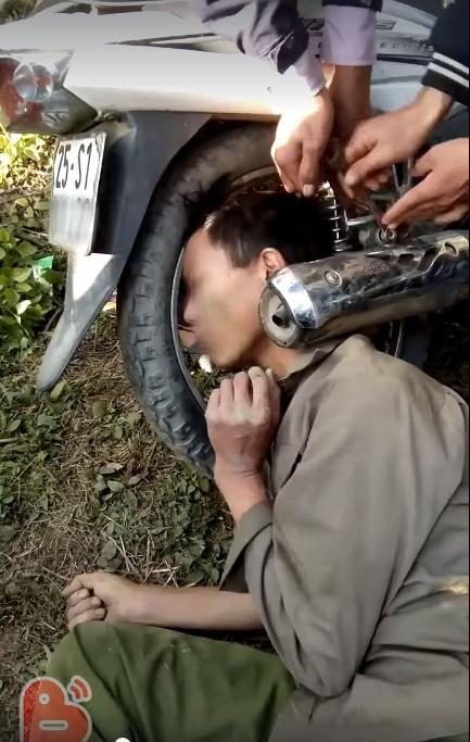 Hy hữu: Người dân giải cứu ông chú bỗng dưng mắc kẹt đầu vào bánh xe máy và ống pô - Ảnh 2.
