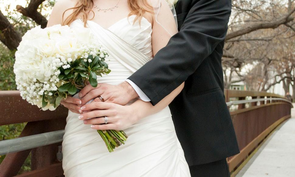 Lý do bó hoa cưới ra đời và vì sao hoa cưới thường có màu trắng: những sự thật từ buồn cười đến xúc động - Ảnh 1.