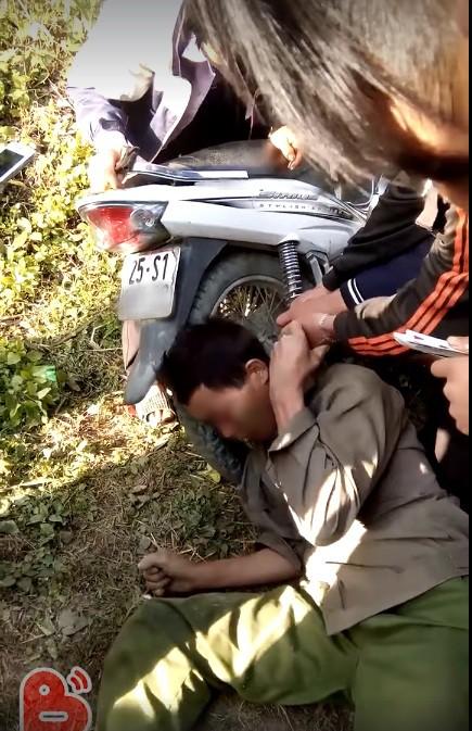 Hy hữu: Người dân giải cứu ông chú bỗng dưng mắc kẹt đầu vào bánh xe máy và ống pô - Ảnh 3.