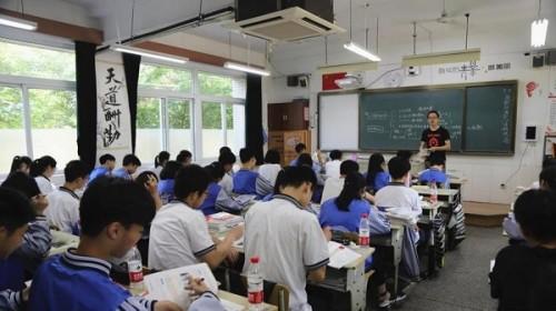 Để chống học sinh ngủ gật và lườm nguýt giáo viên, một trường học ở Trung Quốc đã lắp đặt camera tích hợp AI - Ảnh 1.