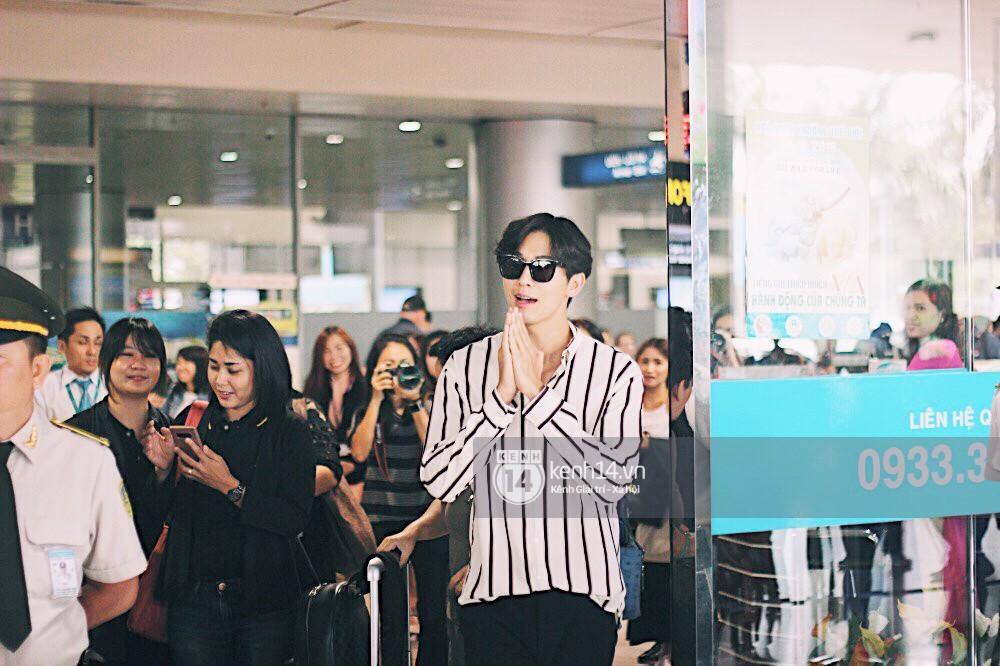 Hoàng tử phim Thái Push Puttichai gây lụy tim vì quá điển trai, thân thiện dù bị bao vây giữa sân bay Tân Sơn Nhất - Ảnh 3.