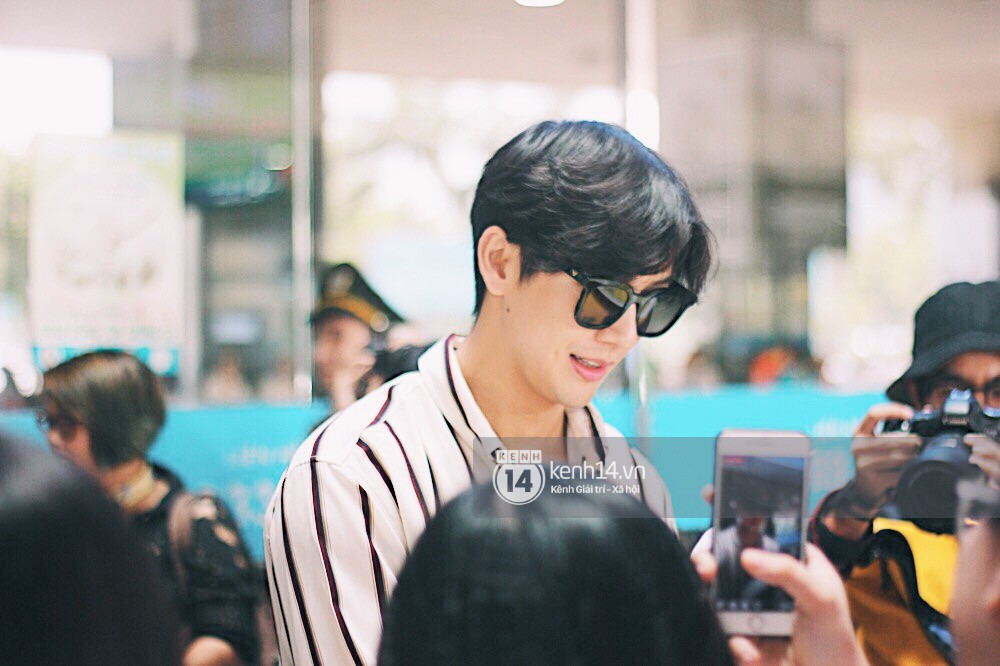 Hoàng tử phim Thái Push Puttichai gây lụy tim vì quá điển trai, thân thiện dù bị bao vây giữa sân bay Tân Sơn Nhất - Ảnh 5.