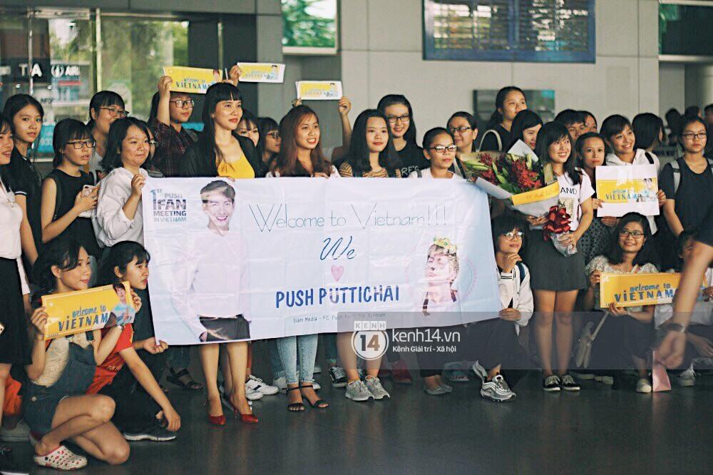 Hoàng tử phim Thái Push Puttichai gây lụy tim vì quá điển trai, thân thiện dù bị bao vây giữa sân bay Tân Sơn Nhất - Ảnh 19.