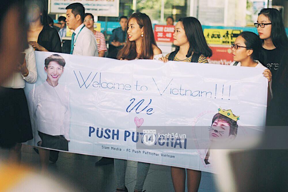 Hoàng tử phim Thái Push Puttichai gây lụy tim vì quá điển trai, thân thiện dù bị bao vây giữa sân bay Tân Sơn Nhất - Ảnh 20.