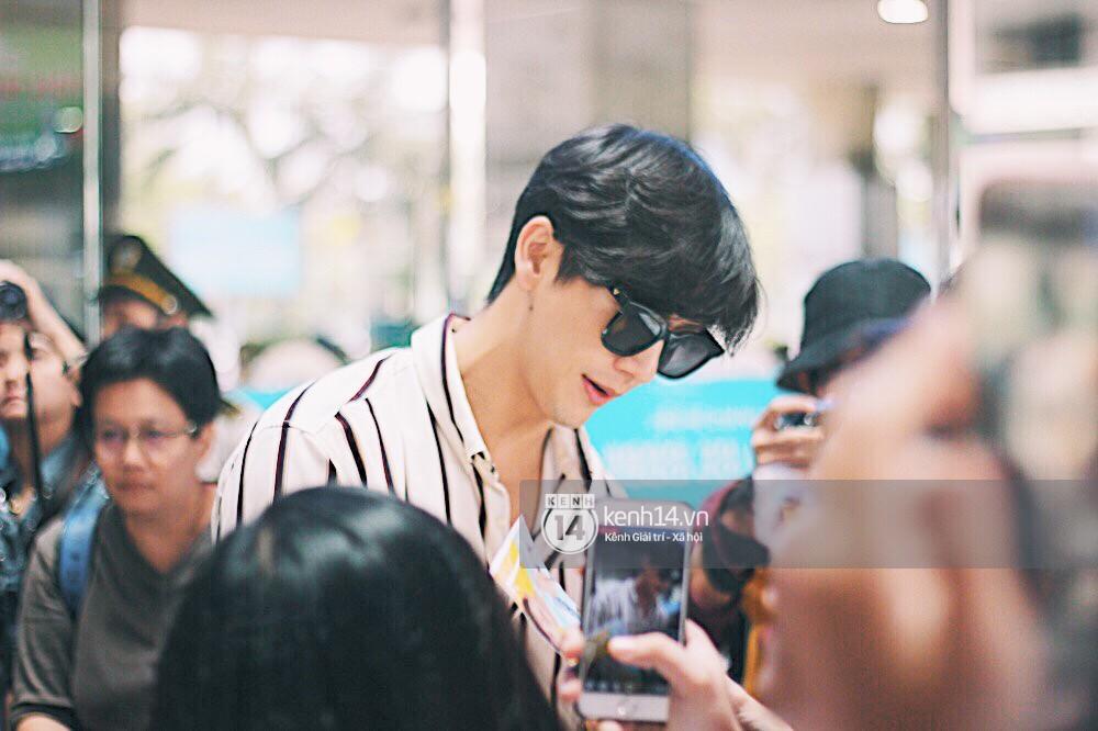 Hoàng tử phim Thái Push Puttichai gây lụy tim vì quá điển trai, thân thiện dù bị bao vây giữa sân bay Tân Sơn Nhất - Ảnh 6.