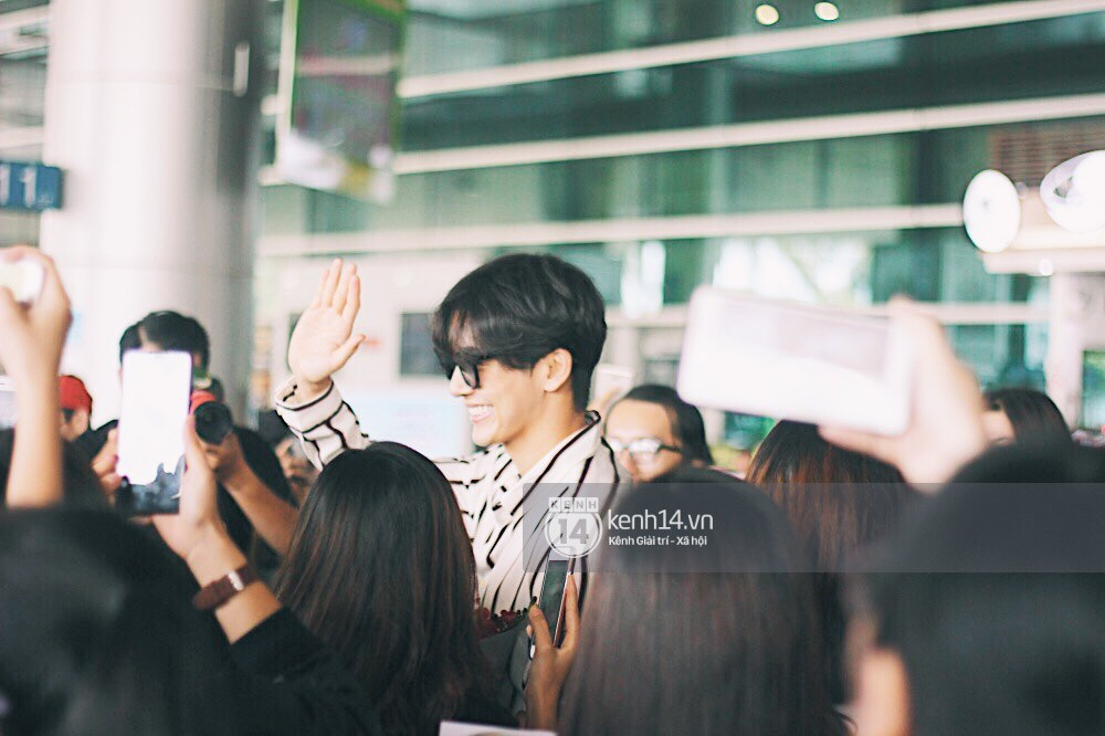 Hoàng tử phim Thái Push Puttichai gây lụy tim vì quá điển trai, thân thiện dù bị bao vây giữa sân bay Tân Sơn Nhất - Ảnh 10.