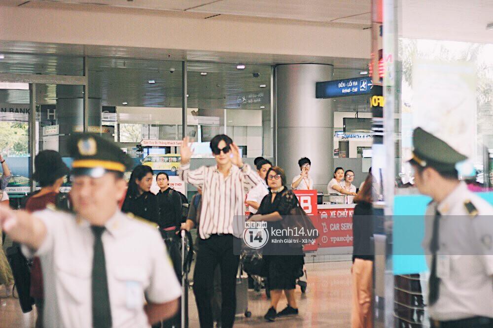 Hoàng tử phim Thái Push Puttichai gây lụy tim vì quá điển trai, thân thiện dù bị bao vây giữa sân bay Tân Sơn Nhất - Ảnh 1.