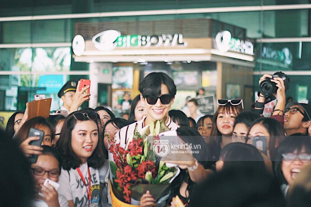Hoàng tử phim Thái Push Puttichai gây lụy tim vì quá điển trai, thân thiện dù bị bao vây giữa sân bay Tân Sơn Nhất - Ảnh 13.