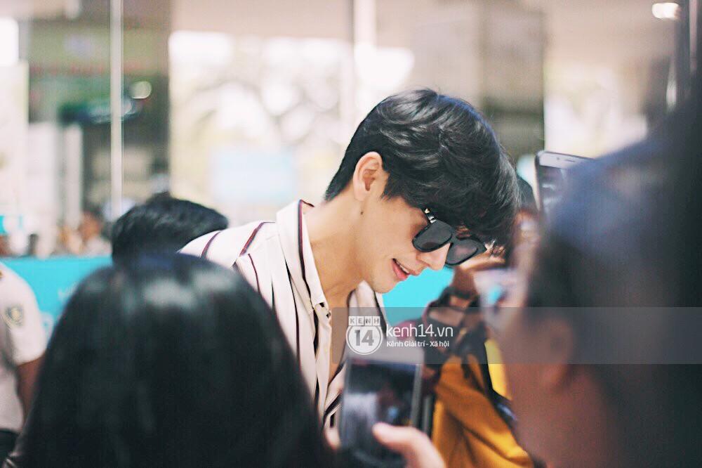 Hoàng tử phim Thái Push Puttichai gây lụy tim vì quá điển trai, thân thiện dù bị bao vây giữa sân bay Tân Sơn Nhất - Ảnh 7.