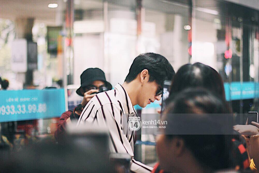 Hoàng tử phim Thái Push Puttichai gây lụy tim vì quá điển trai, thân thiện dù bị bao vây giữa sân bay Tân Sơn Nhất - Ảnh 8.