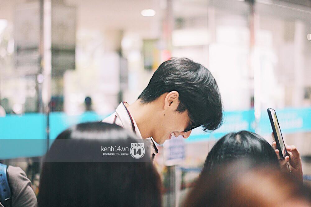 Hoàng tử phim Thái Push Puttichai gây lụy tim vì quá điển trai, thân thiện dù bị bao vây giữa sân bay Tân Sơn Nhất - Ảnh 9.