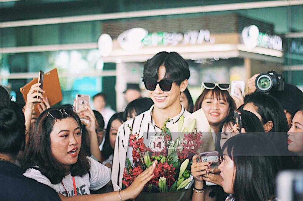 Hoàng tử phim Thái Push Puttichai gây lụy tim vì quá điển trai, thân thiện dù bị bao vây giữa sân bay Tân Sơn Nhất - Ảnh 16.