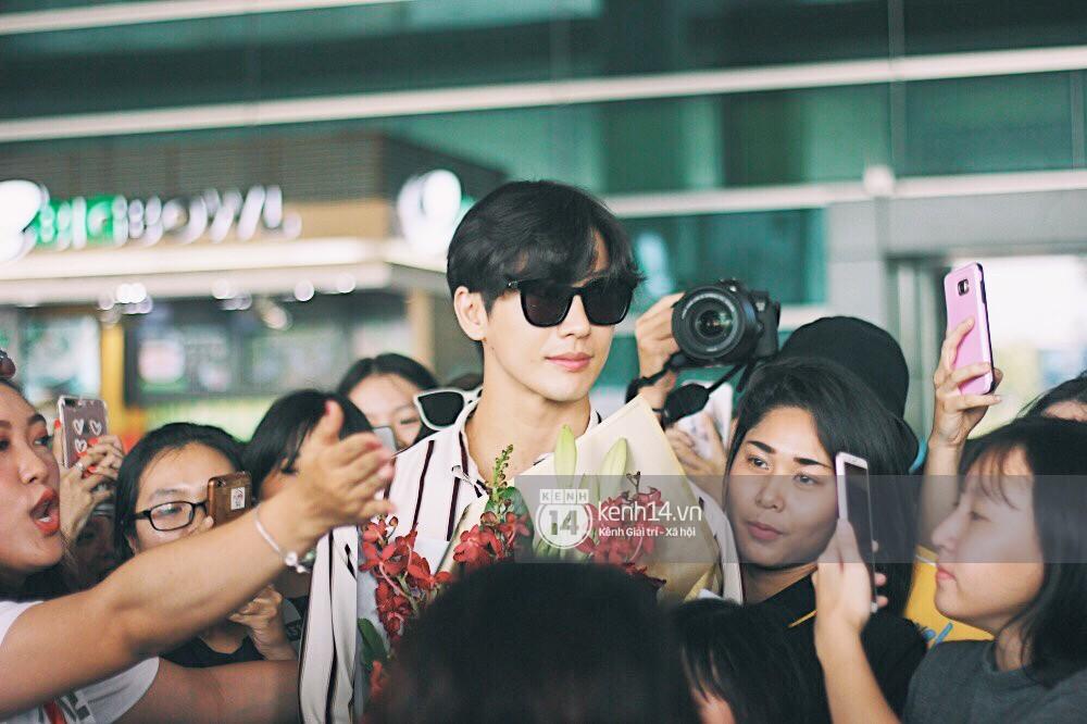 Hoàng tử phim Thái Push Puttichai gây lụy tim vì quá điển trai, thân thiện dù bị bao vây giữa sân bay Tân Sơn Nhất - Ảnh 15.