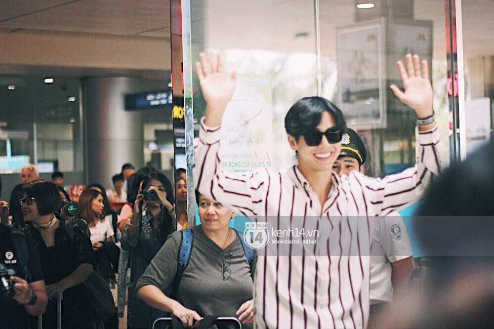 Hoàng tử phim Thái Push Puttichai gây lụy tim vì quá điển trai, thân thiện dù bị bao vây giữa sân bay Tân Sơn Nhất - Ảnh 4.
