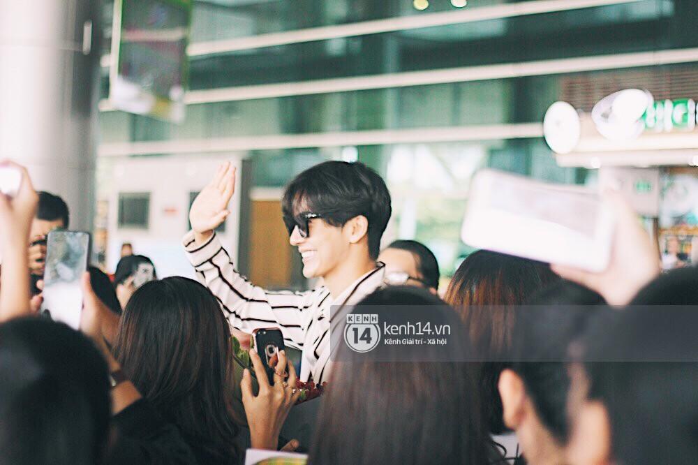 Hoàng tử phim Thái Push Puttichai gây lụy tim vì quá điển trai, thân thiện dù bị bao vây giữa sân bay Tân Sơn Nhất - Ảnh 11.