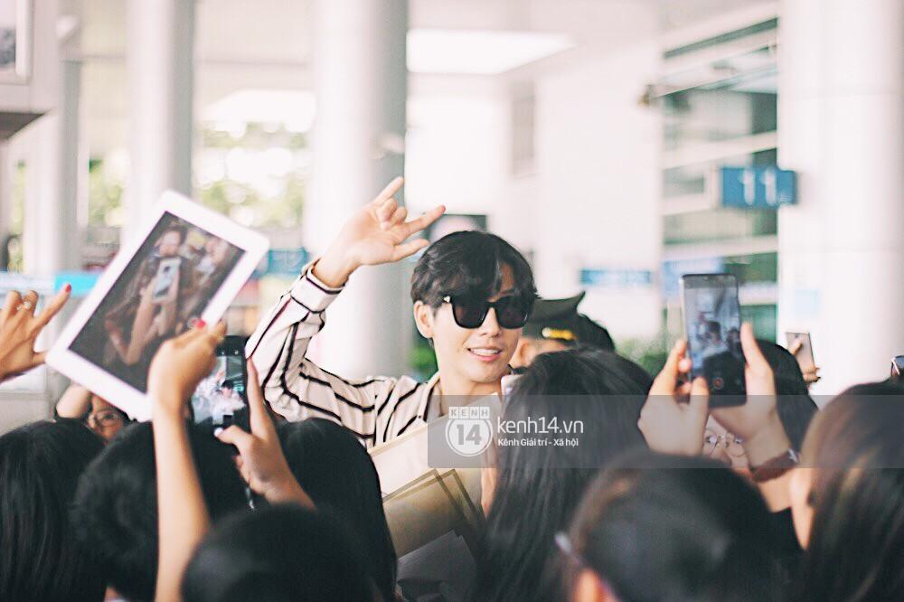 Hoàng tử phim Thái Push Puttichai gây lụy tim vì quá điển trai, thân thiện dù bị bao vây giữa sân bay Tân Sơn Nhất - Ảnh 12.