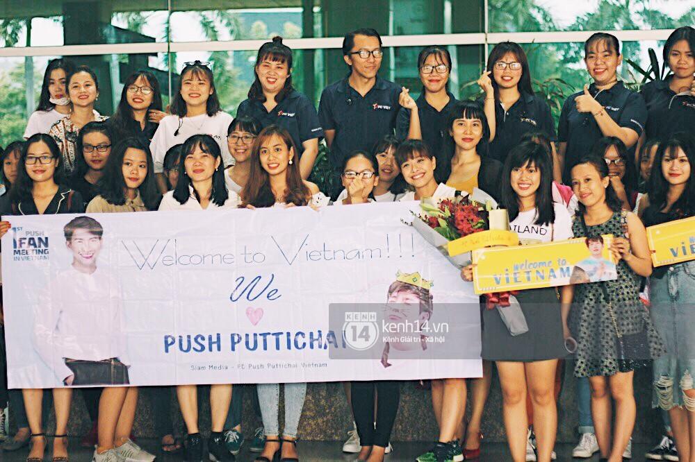 Hoàng tử phim Thái Push Puttichai gây lụy tim vì quá điển trai, thân thiện dù bị bao vây giữa sân bay Tân Sơn Nhất - Ảnh 18.