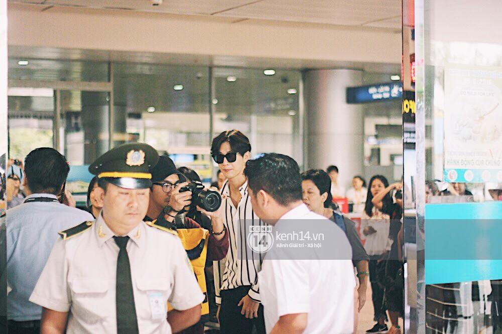 Hoàng tử phim Thái Push Puttichai gây lụy tim vì quá điển trai, thân thiện dù bị bao vây giữa sân bay Tân Sơn Nhất - Ảnh 2.