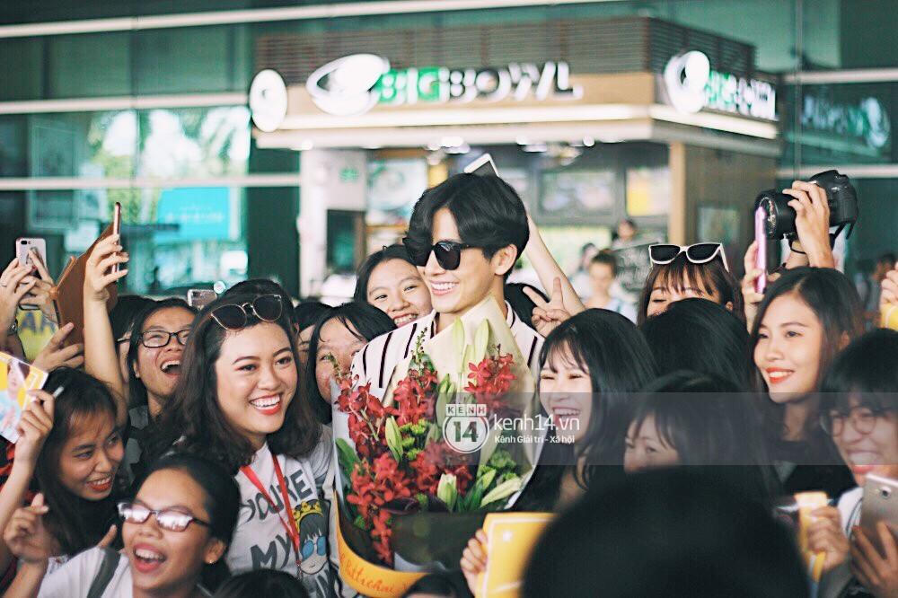 Hoàng tử phim Thái Push Puttichai gây lụy tim vì quá điển trai, thân thiện dù bị bao vây giữa sân bay Tân Sơn Nhất - Ảnh 17.