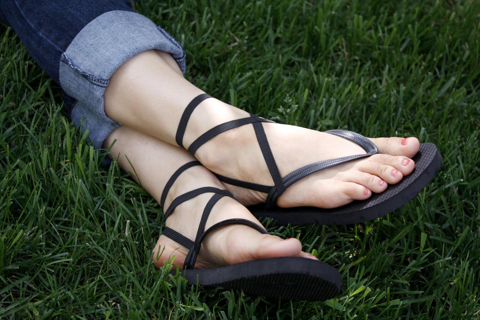 Đôi dép tông mùa hè có thể đang ảnh hưởng đôi chân của bạn theo những cách này - Ảnh 1.