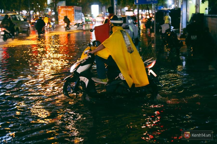 Khu vực sân bay Tân Sơn Nhất ngập nặng sau mưa lớn, hành khách vượt sông ra phi trường - Ảnh 8.