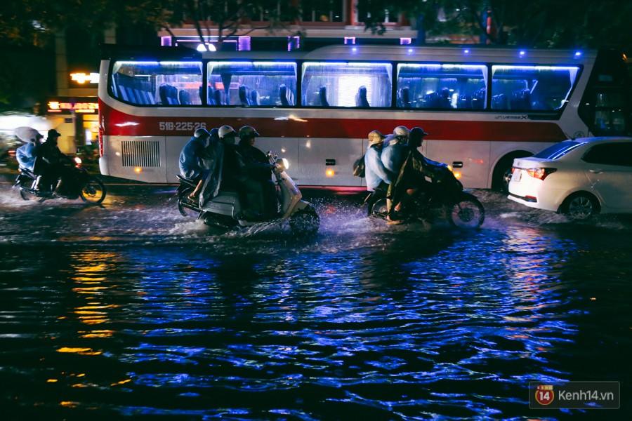 Khu vực sân bay Tân Sơn Nhất ngập nặng sau mưa lớn, hành khách vượt sông ra phi trường - Ảnh 9.