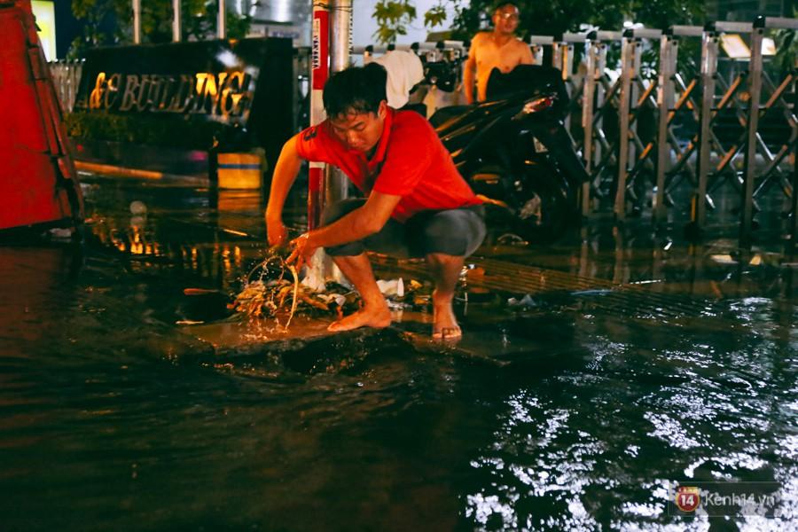 Khu vực sân bay Tân Sơn Nhất ngập nặng sau mưa lớn, hành khách vượt sông ra phi trường - Ảnh 10.