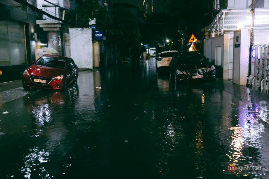 Khu vực sân bay Tân Sơn Nhất ngập nặng sau mưa lớn, hành khách vượt sông ra phi trường - Ảnh 11.