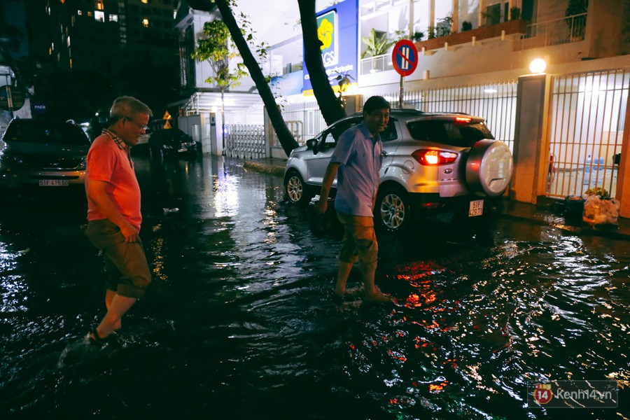 Khu vực sân bay Tân Sơn Nhất ngập nặng sau mưa lớn, hành khách vượt sông ra phi trường - Ảnh 12.