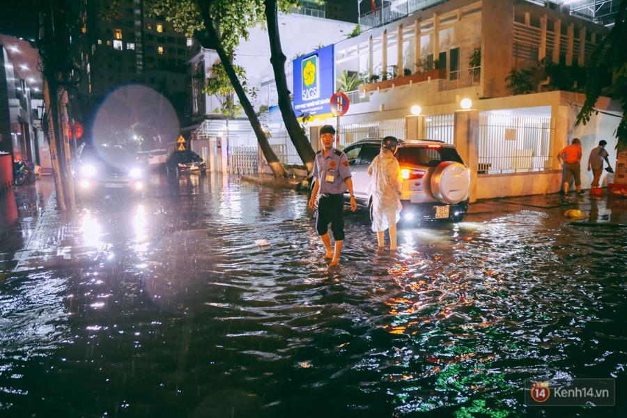 Khu vực sân bay Tân Sơn Nhất ngập nặng sau mưa lớn, hành khách vượt sông ra phi trường - Ảnh 13.