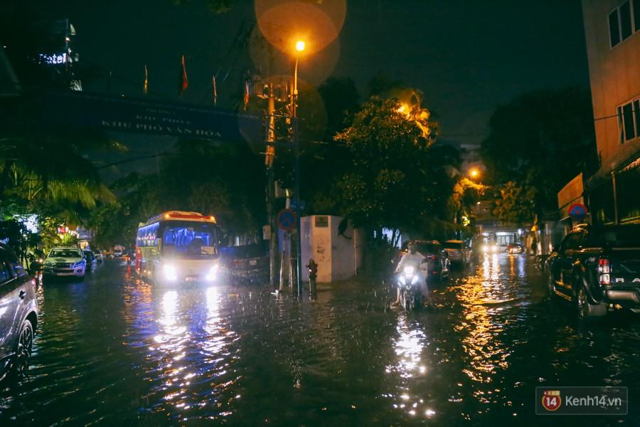 Khu vực sân bay Tân Sơn Nhất ngập nặng sau mưa lớn, hành khách vượt sông ra phi trường - Ảnh 14.