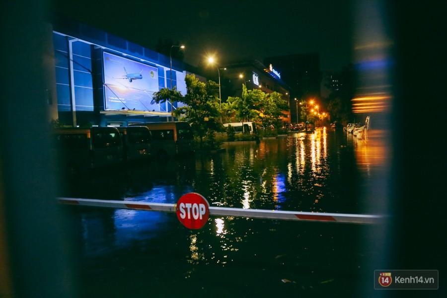Khu vực sân bay Tân Sơn Nhất ngập nặng sau mưa lớn, hành khách vượt sông ra phi trường - Ảnh 15.