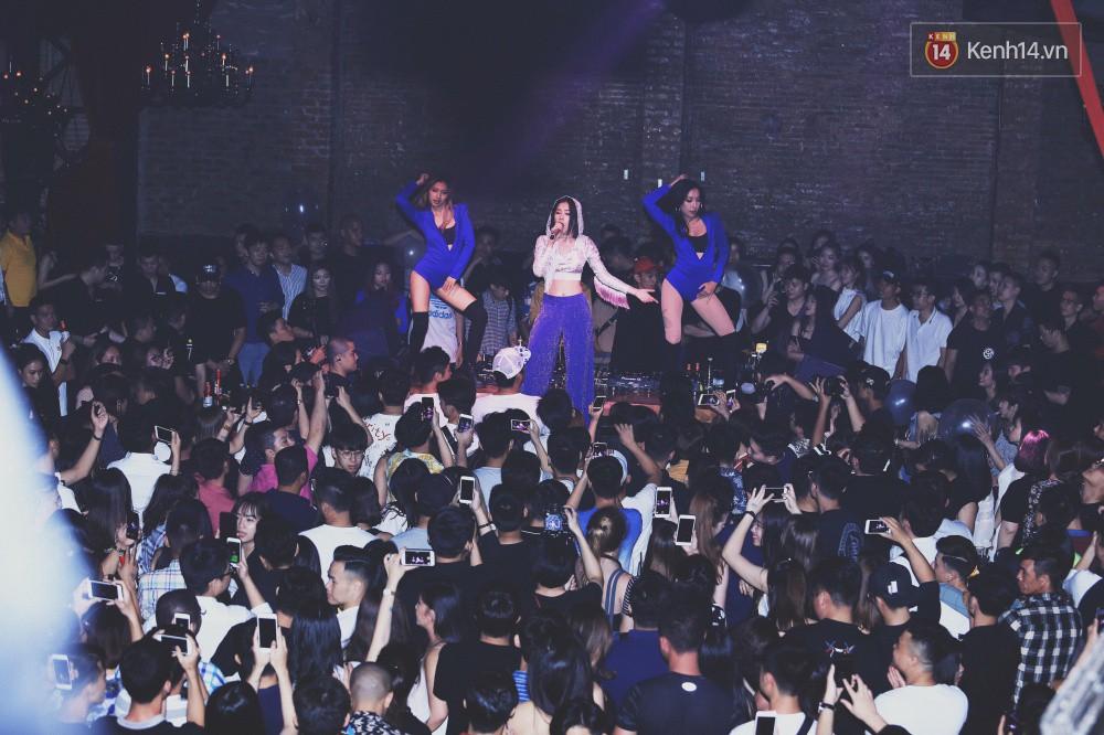 Chi Pu lần đầu live ca khúc mới Đoá hoa hồng, vừa hát vừa nhảy cực sung trong đêm nhạc tại Hà Nội - Ảnh 2.