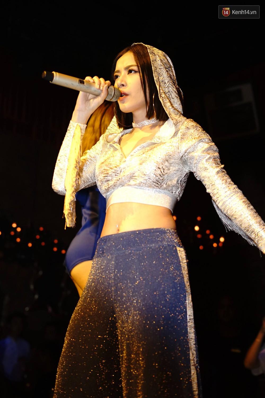 Chi Pu lần đầu live ca khúc mới Đoá hoa hồng, vừa hát vừa nhảy cực sung trong đêm nhạc tại Hà Nội - Ảnh 9.