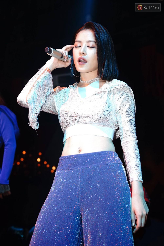 Chi Pu lần đầu live ca khúc mới Đoá hoa hồng, vừa hát vừa nhảy cực sung trong đêm nhạc tại Hà Nội - Ảnh 7.