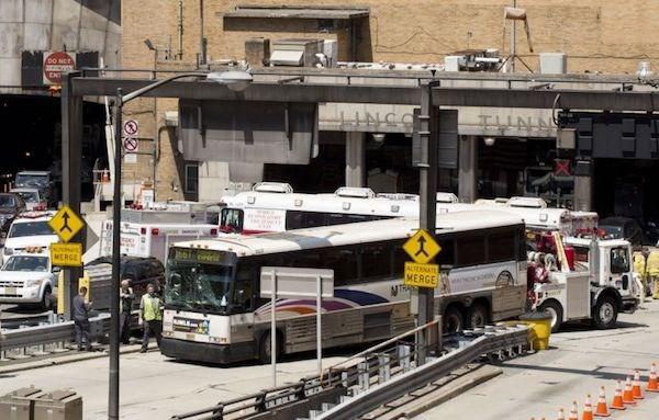 Mỹ: Va chạm xe buýt tại hầm New York, 32 người bị thương - Ảnh 1.