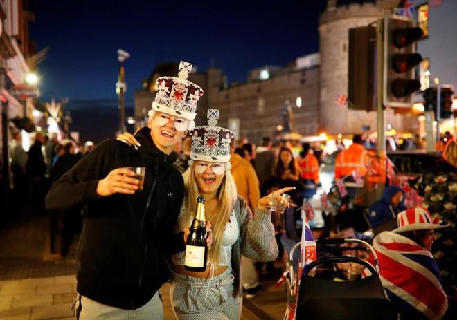 Không khí trước giờ G đám cưới hoàng gia Anh: Người dân xếp chỗ từ sớm mong diện kiến Hoàng tử Harry và tân nương - Ảnh 1.